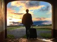 мъж, държащ снимка на багаж