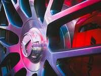 detailní fotografie kola vozidla Mercedes-Benz