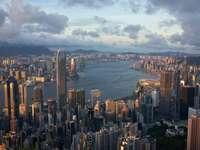 város sokemeletes épületek kilátással a tengerre