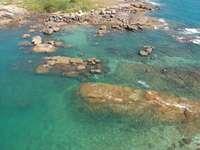 letecký pohled na zelený a hnědý ostrov během dne