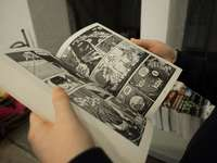 човек, който държи отворена книга