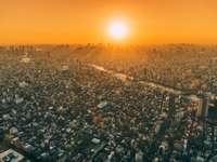 letecký pohled na město během zlaté hodiny