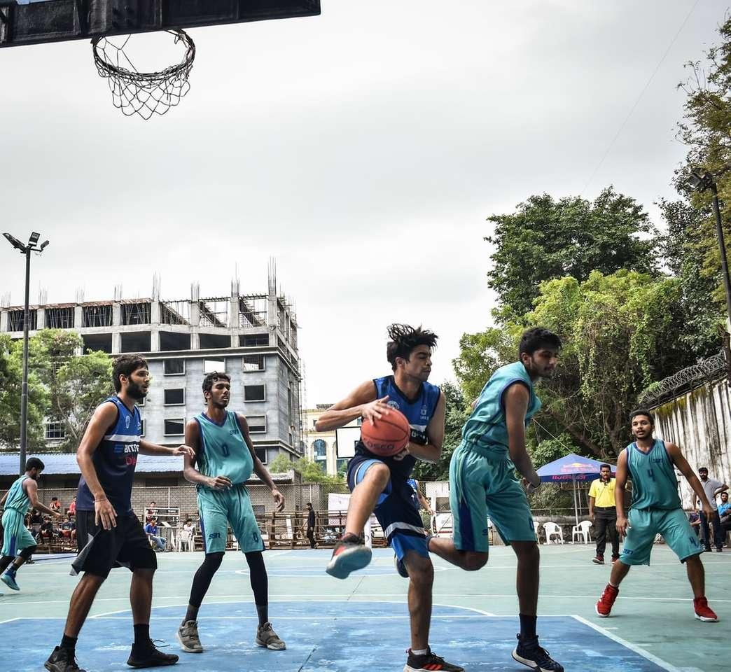 skupina lidí hrajících basketbal během dne - Pune, Maharashtra, Indie (7×7)