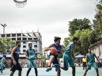ομάδα ανθρώπων που παίζουν μπάσκετ κατά τη διάρκεια της ημέρας