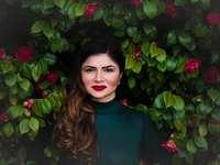 femme debout près de l'arbre vert
