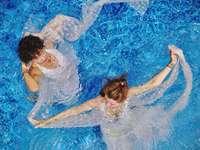 légi felvétel fényképezés két nő a nap folyamán a vízen
