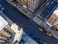 autók úton a városban napközben