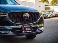 fekete Mazda jármű