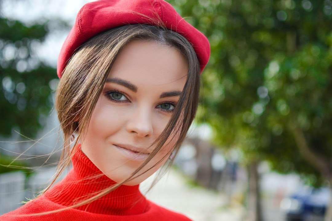 detailní fotografie ženy na sobě červenou čepici - Když jsme žili na krásném ostrově Korfu, uvědomili jsme si, že kromě krásných vyhlídkových vyhlídek u moře nabízí ještě mnohem víc. Jeho celoroční zelená příroda, klasická arc (12×8)