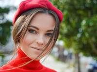Vértes fotó nő visel piros sapkát
