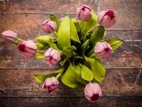 ροζ κεντρικό τεμάχιο λουλουδιών με πέταλα σε καφέ ξύλινη επιφάνεια