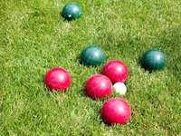 červené a zelené koule v zeleném poli