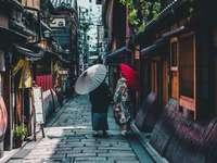 person som går på gatan medan du håller paraplyet