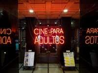 Señalización de neón Cine PAra Adultos en el frente