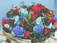 лилави и червени цветя върху купа