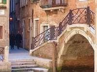 Венециански страничен канал и мост