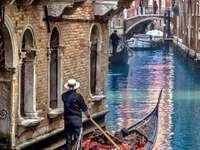 Benátská gondola v bočním kanálu