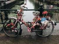 fiets bedekt met bloemen op brug bij vijver