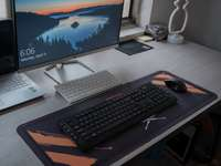 μαύρο πληκτρολόγιο υπολογιστή σε μαύρο πίνακα