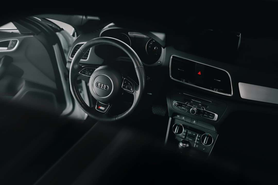 svart och silver Mercedes Benz ratt - Audi Q3 S-line bilinteriör (4×3)
