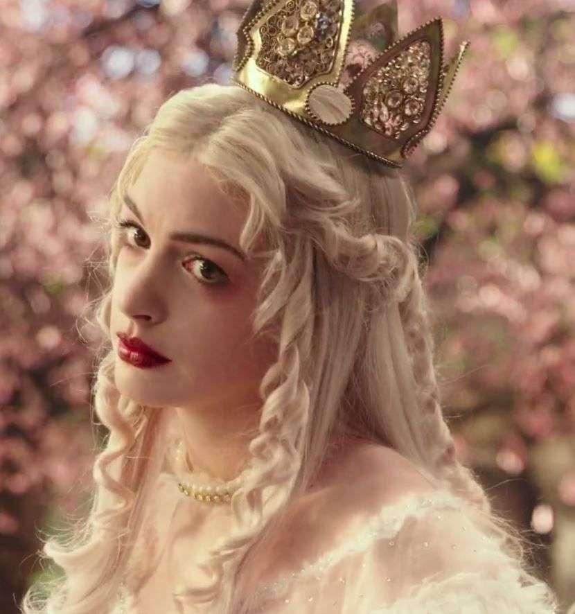Reine blanche - la reine blanche porte la couronne (8×9)