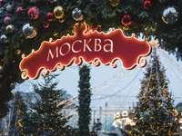снимка с плитка фокусировка на червена надпис Mockba