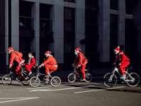 Mikulás jelmezes kerékpárral viselt emberek csoportja