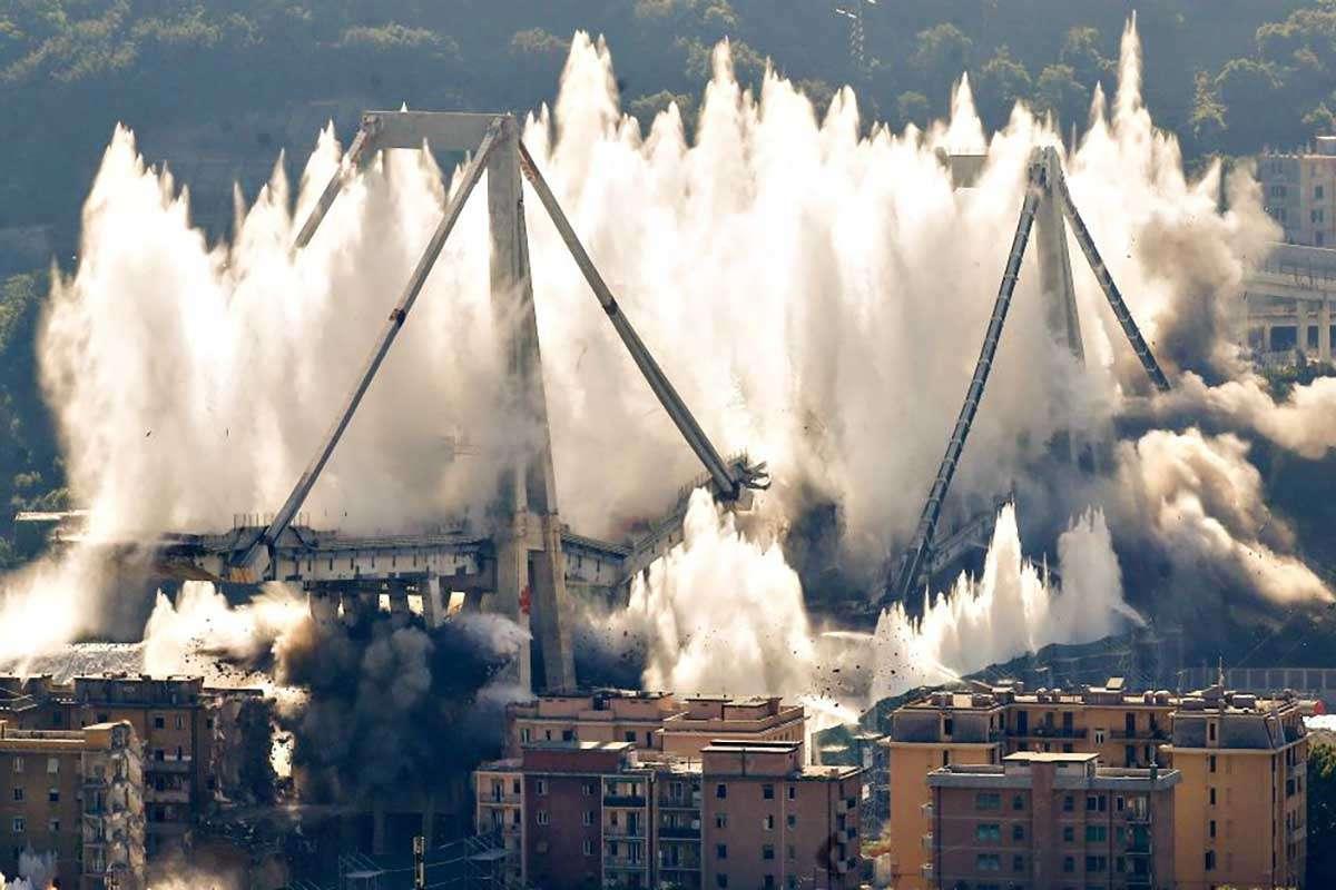 explosion du pont Morandi - L'explosion définitive de l'ancien pont de Gênes le 28 juin 2019 (15×10)