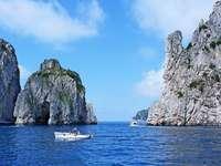 бяла лодка върху водоема