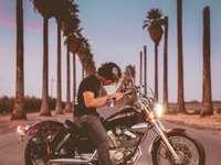 man rider på motorcykel