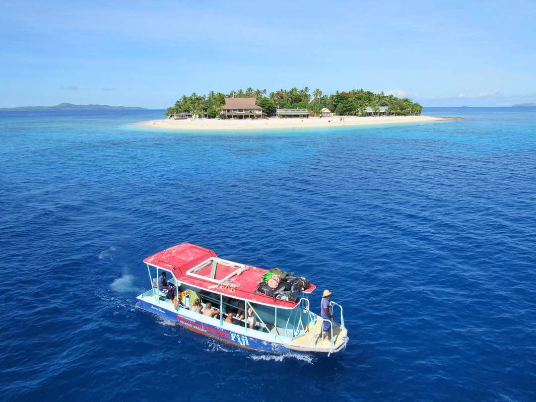 lidé jedoucí na člunu na vodě poblíž ostrova - lidé jedoucí na lodi na vodě poblíž ostrova během dne (2×2)