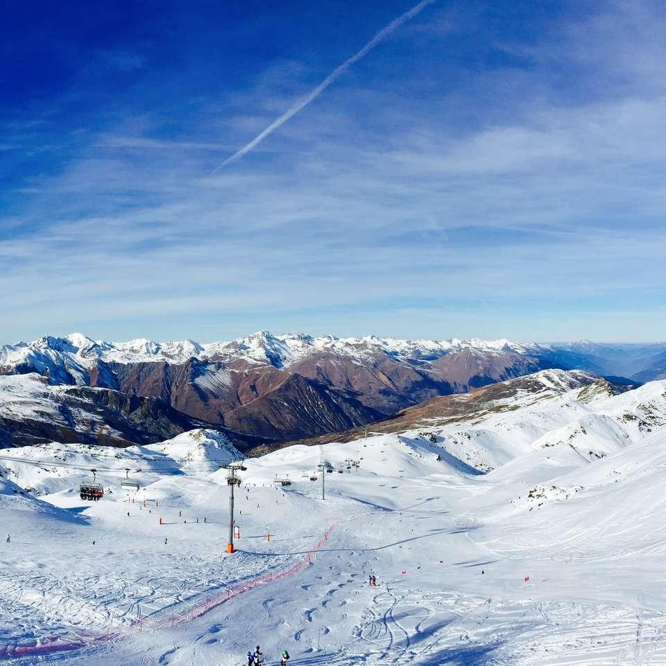 carrinho de cabo na montanha - Uma estação de esqui nas montanhas nevadas. Méribel, Les Allues, França (7×7)