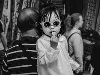 ve stupních šedi fotografie dítěte jíst