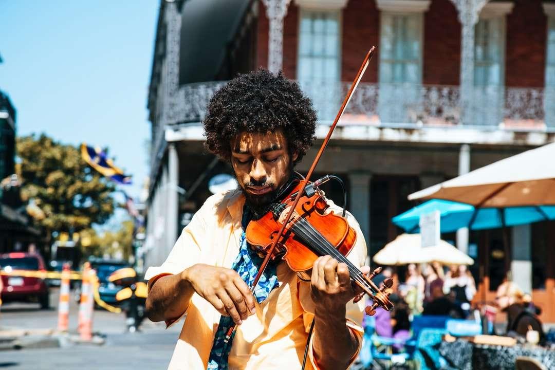 Muž hrající na housle nebo housle v ulicích - Muž hrající na housle nebo housle v ulicích v New Orleans ve francouzské čtvrti. Hudebník Busking (3×2)