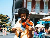Ένας άντρας παίζει βιολί ή βιολί στο δρόμο