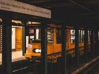 časosběrné fotografování projíždějícího žlutého vlaku