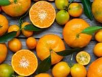 πορτοκαλί φρούτα σε γκρι ξύλινη επιφάνεια