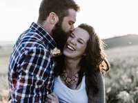 άντρας φιλιά γυναίκα στο γρασίδι
