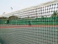 síť fotbalových branek pod modrou oblohou během dne