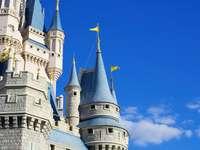 Château blanc et bleu sous un ciel bleu pendant la journée