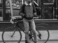 férfi támaszkodva kikötőbak kerékpár közelében