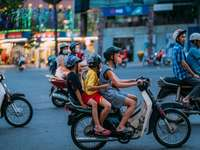 мъж в жълта риза, каране на мотоциклет с жена