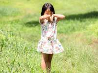 chica en vestido floral blanco rosa y verde