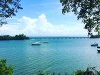 бяла лодка в морето под синьо небе през деня