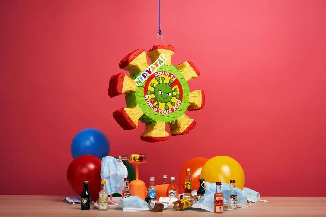 κόκκινο πράσινο και κίτρινο μπαλόνι - «Ήταν μια παράξενη χρονιά. Στείλτε ένα παράξενο δώρο. Το να σπάσεις την αναπαράσταση του Covid-19 είναι θεραπευτι (7×5)