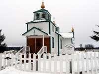igreja de madeira branca e marrom