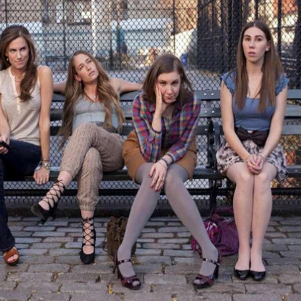 """Flickor på bänken - Scen från """"Flickor."""" Flickor som sitter på bänken (10×10)"""