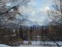 montaña cubierta de nieve bajo el cielo nublado durante el día