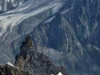 vista de pájaro del pico de la montaña de roca