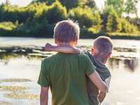 garçon en t-shirt vert debout à côté de garçon en t-shirt vert